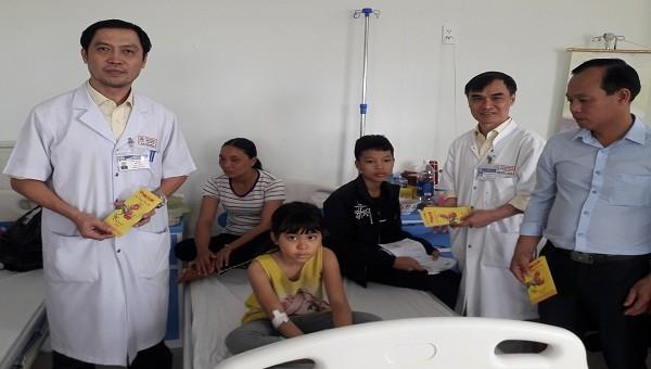 Lãnh đạo trung tâm nhi khoa cùng nhà báo Quang Tám thăm hỏi và tặng quà cho các cháu