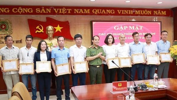 Nhà báo Quang Tám (Áo xanh đậm) là 1 trong 10 nhà báo được Đại tá Nguyễn Quốc Đoàn trao tặng giấy khen vì có thành tích trong công tác phối hợp tuyên truyền năm 2019