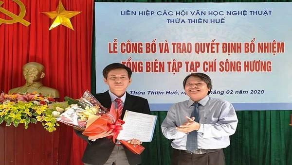 Nhà văn Hồ Đăng Thanh Ngọc (Chủ tịch Liên hiệp các Hội Văn học Nghệ thuật tỉnh Thừa Thiên – Huế) trao quyết định bổ nhiệm chức vụ Tổng Biên Tập tạp chí Sông Hương cho nhà thơ Lê Vĩnh Thái
