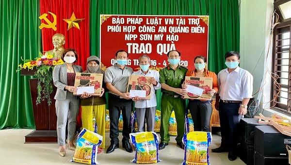Văn phòng báo PLVN Khu vực Bình Trị Thiên tặng quà cho người nghèo ở Thừa Thiên - Huế