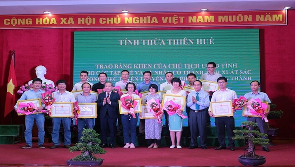 Nhà báo Nguyễn Quang Tám (ngoài cùng bên phải) - đại diện Văn phòng đại diện báo PLVN khu vực Bình Trị Thiên nhận bằng khen.