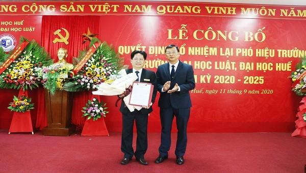 TS Trương Quý Tùng (Phó Giám đốc ĐH Huế) trao quyết định bổ nhiệm cho PGS.TS Nguyễn Duy Phương.