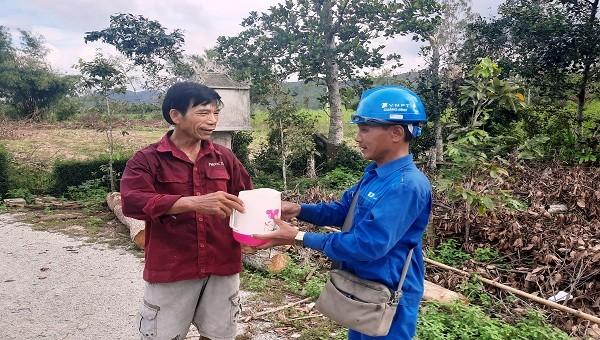 Nhân viên VNPT Quảng Bình cảm động trước tình cảm của người dân Thừa Thiên – Huế.