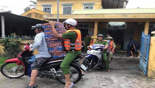 Phân phát 8.500 thùng mỳ tôm cho người dân ảnh hưởng của lũ.