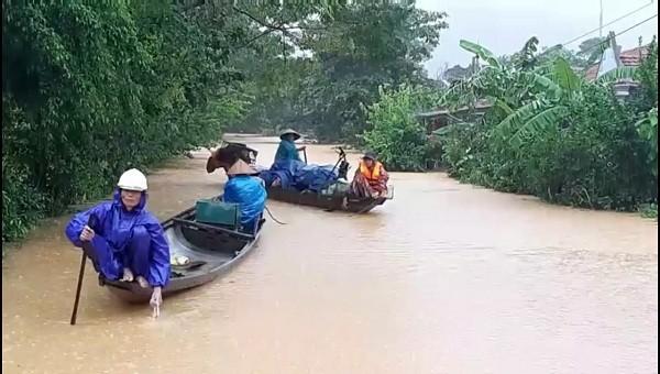 Mực nước ở huyện Đakrông dâng cao, chảy xiết, rất nguy hiểm với việc đi lại.