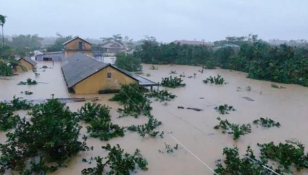 Mưa lớn kéo dài cả tuần qua khiến nhiều trường ở Huế ngập sâu.
