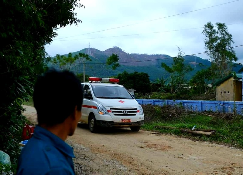 Xe chở thi thể nạn nhân rời khỏi hiện trường. Ảnh: Báo Thừa Thiên Huế.