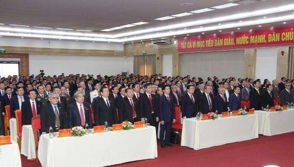 Đại biểu thực hiện nghi thức chào cờ trước khi khai mạc Đại hội đại biểu Đảng bộ tỉnh Quảng Trị lần thứ XVII.