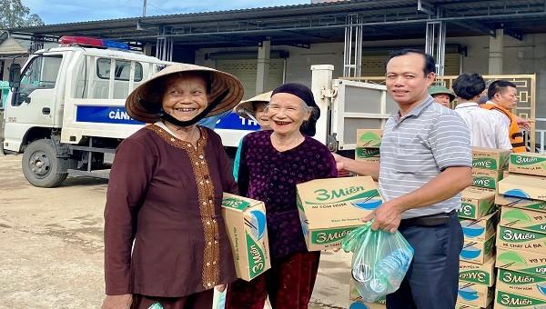 Người dân vùng lũ vui mừng và xúc động trước sự hỗ trợ kịp thời của Văn phòng đại diện báo PLVN khu vực Bình Trị Thiên.
