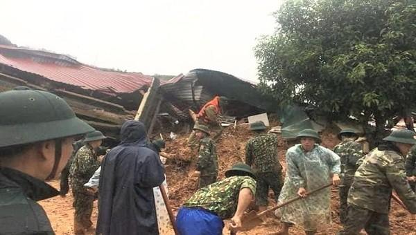 Kỳ diệu: 5 chiến sĩ được giải cứu trong vụ sạt lở đất ở Quảng Trị