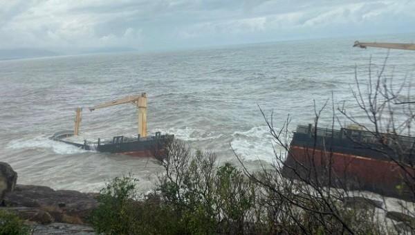 """Thả phao quay chống dầu tại khu vực """"tàu lạ"""" bị kẹt"""