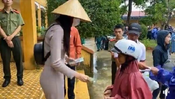 Hình ảnh ca sĩ Thủy Tiên trao tận tay tiền mặt cho gần 1.500 hộ dân tại 4 xã: Hải Lâm, Hải Trường, Hải Thượng, Hải Quy vào sáng 31/10