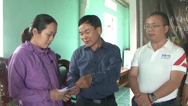 Động viên, chia buồn và trào quà cho vợ liệt sỹ Trần Minh Hải.  