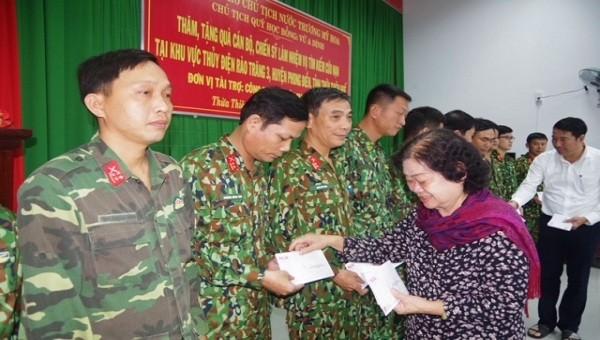 Bà Trương Mỹ Hoa đã trao tặng trên 170 suất quà cho lực lượng tham gia cứu hộ, cứu nạn.