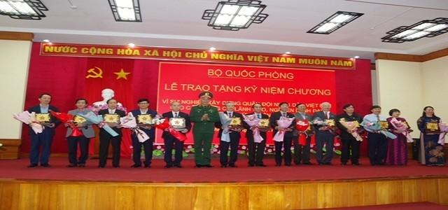 Thừa ủy quyền của Bộ quốc phòng, Thiếu tướng Nguyễn Đức Hóa – Phó Chính ủy Quân khu 4 trao tặng kỷ niệm chương cho các đồng chí lãnh đạo, nguyên lãnh đạo tỉnh Thừa Thiên Huế.