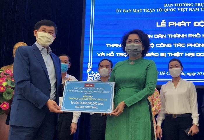 Chủ tịch Ủy ban MTTQ Việt Nam TP HCM Tô Thị Bích Châu tiếp nhận đóng góp từ các tổ chức, cá nhân cho công tác phòng, chống dịch Covid-19.