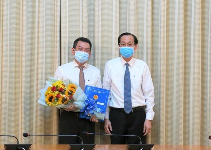 Phó Chủ tịch Thường trực UBND TPHCM Lê Thanh Liêm trao Quyết định điều động cho ông Hoàng Minh Tuấn Anh .