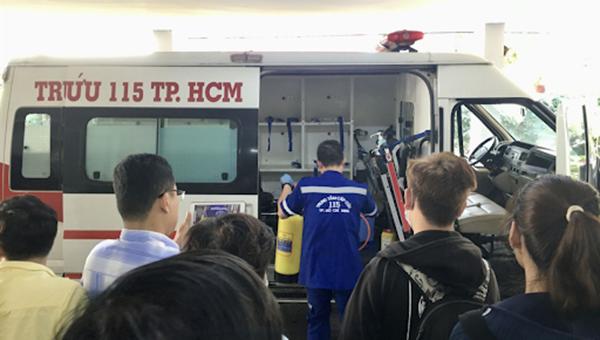 Trung tâm Cấp cứu 115 TP HCM đang thực hiện một ca cấp cứu.