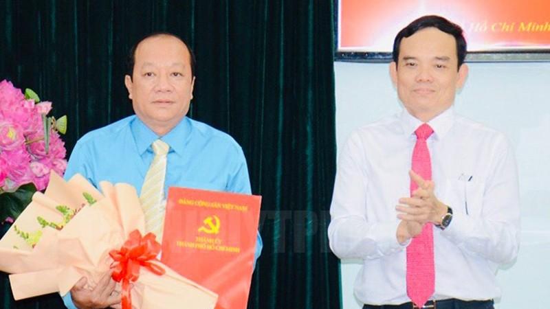 Phó Bí thư Thường trực Thành ủy TP Trần Lưu Quang trao quyết định và tặng hoa cho Đại tá Trần Thanh Trà