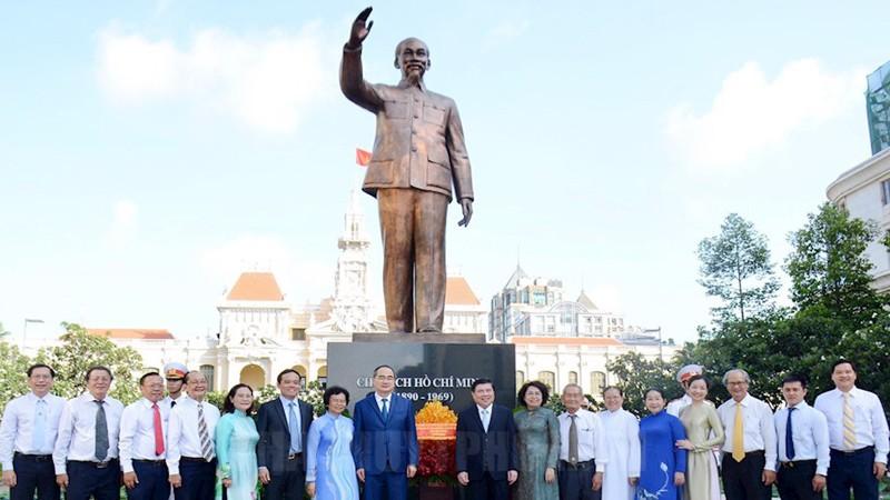Đoàn đại biểu TPHCM dâng hương, dâng hoa tưởng niệm Chủ tịch Hồ Chí Minh