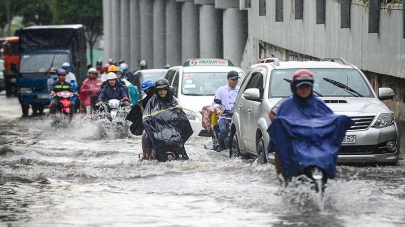 Lưu thông trên đường Nguyễn Hữu Cảnh vào mùa mưa luôn là nỗi ám ảnh của người dân TP.