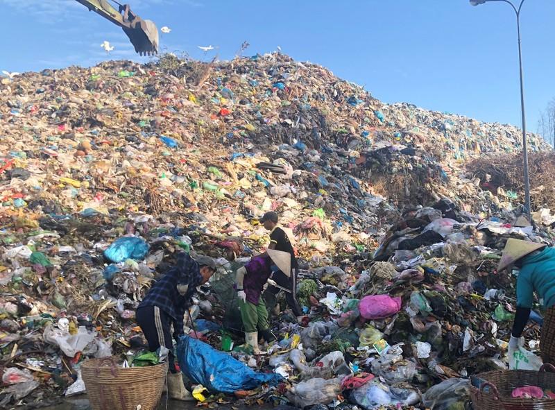 Bãi rác quá tải gây ô nhiễm nghiêm trọng hơn 10 năm ở Bạc Liêu