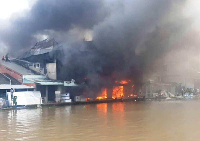 Khống chế được đám cháy lớn tại chợ Phước Long