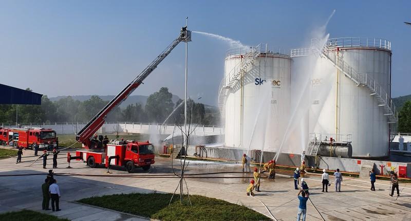 'Nín thở' xem xử lý cháy nổ kho nhiên liệu Hàng không ở Phú Quốc