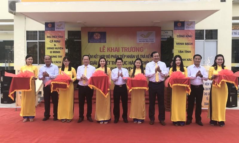 Đại diện lãnh đạo Bưu điện tỉnh Cà Mau; Sở Thông tin Truyền thông tỉnh Cà Mau; UBND huyện U Minh (Cà Mau) cắt băng khai trương Điểm kết hợp Bộ phận Tiếp nhận và Trả kết quả giải quyết TTHC với Bưu điện huyện U Minh.