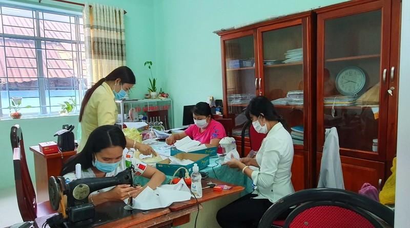 Phụ nữ Kiên Giang may khẩu trang phát miễn phí phòng, chống dịch Covid-19