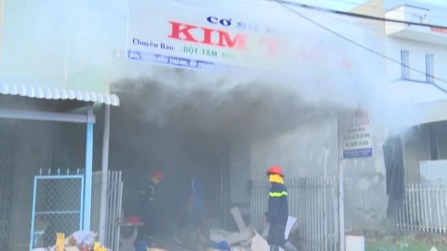 Đám cháy tại cơ sở sản xuất nhang ở ấp Trung 03, thị trấn Phú Mỹ, huyện Phú Tân, tỉnh An Giang.