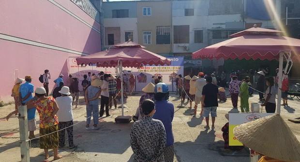 Người nghèo Kiên Giang xúc động đón nhận 'ATM gạo' đầu tiên