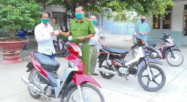 Công an tặng xe môtô tạo phương tiện sinh kế cho người nghèo An Giang