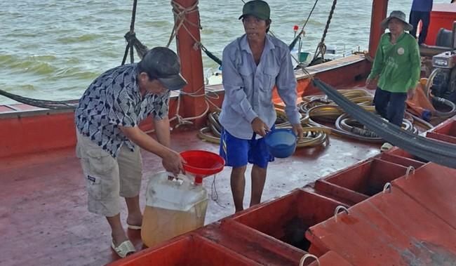 Phát hiện tàu cá mua bán trái phép dầu DO