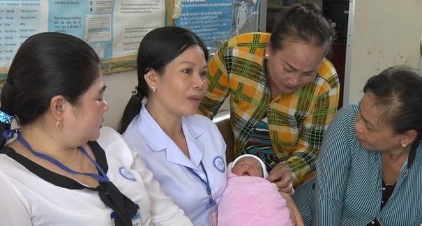 Bé sơ sinh bị bỏ vào bụi cây ven đường
