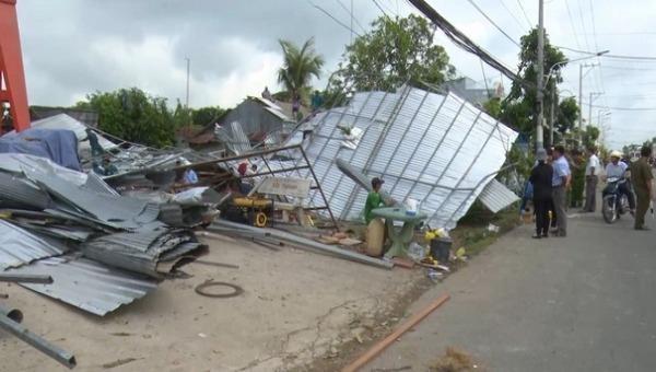 Mưa giông, kèm lốc xoáy đã làm sập và tốc mái hàng trăm căn nhà