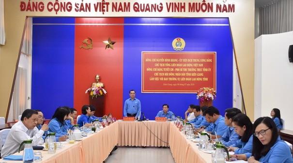 Ông Nguyễn Đình Khang - Ủy viên Ban Chấp hành Trung ương Đảng, Chủ tịch Tổng LĐLĐ Việt Nam phát biểu chỉ đạo tại buổi làm việc với Ban Thường vụ LĐLĐ tỉnh Kiên Giang.