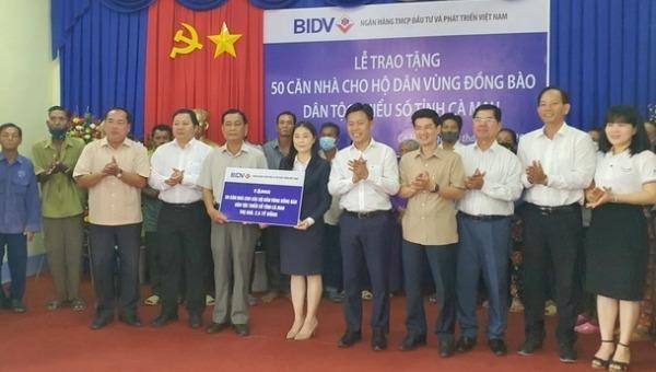 Ngân hàng Thương mại Cổ phần Đầu tư và phát triển chi nhánh Đất Mũi trao tặng tượng trưng 50 căn nhà với số tiền 2,5 tỷ đồng cho hộ dân vùng dân tộc thiểu số tại UBND xã Quách Phẩm Bắc, huyện Đầm Dơi.
