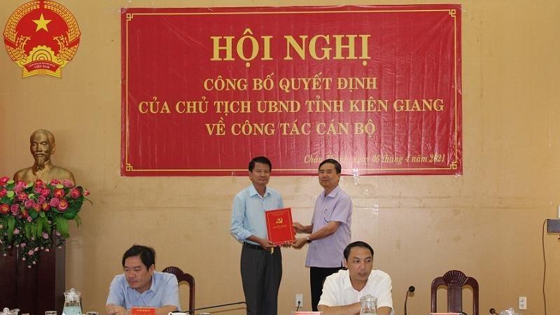 Ông Lê Thanh Hùng, Ủy viên Ban Thường vụ, Trưởng Ban Tổ chức Tỉnh ủy Kiên Giang trao quyết định của Tỉnh ủy cho ông Nguyễn Văn Hoàng.