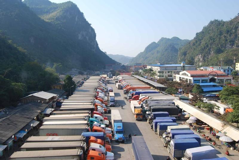 Nhiều hàng hóa trong cả nước được đưa về các cửa khẩu Lạng Sơn để xuất khẩu qua Trung Quốc