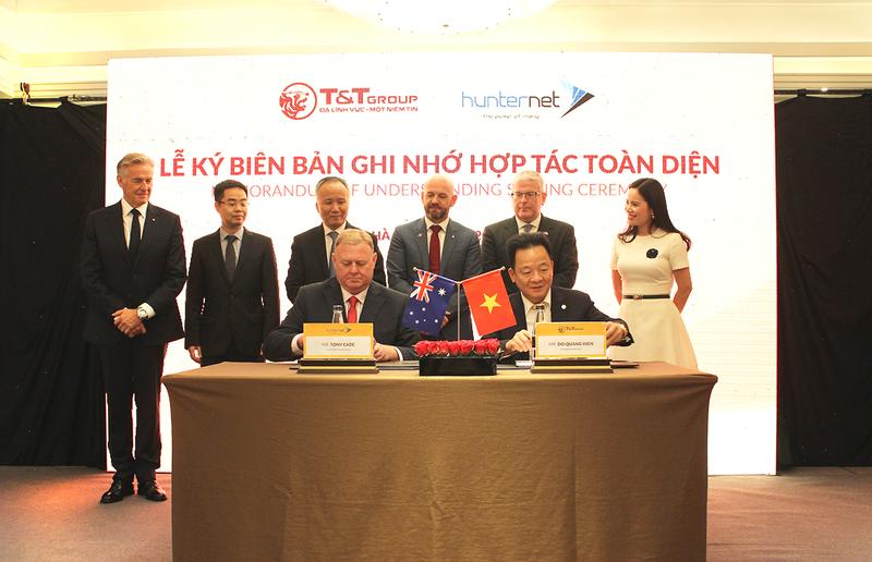 Chủ tịch HĐQT kiêm Tổng Giám độc Tập đoàn T&T Group - Đỗ Quang Hiển (bên phải) và Tổng Giám đốc Hiệp hội Doanh nghiệp HunterNet - Tone Cade ký kết Biên bản ghi nhớ hợp tác