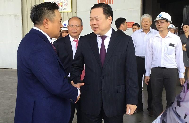 Ông Trần Sỹ Thanh (trái), Chủ tịch PVN và ông Nguyễn Hoàng Anh Chủ tịch Ủy ban Quản lí Vốn nhà nước tại Doanh nghiệp trong chuyến thăm Nhà máy Xơ sợi Đình Vũ