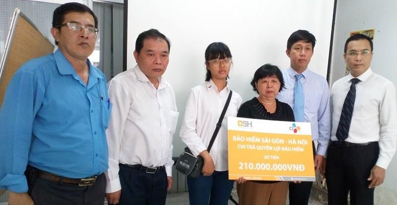 Đại diện BSH và CJ Cầu Tre cùng chi trả quyền lợi bảo hiểm cho người nhà ông Nguyễn Đức Tiến