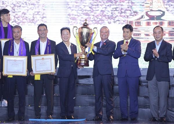 Phó Chủ tịch Quốc hội Uông Chu Lưu và Chủ tịch T&T Group Đỗ Quang Hiển cùng nâng cúp vô địch