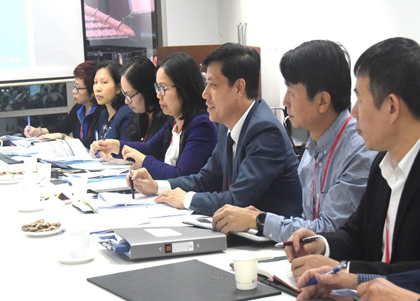 Thứ trưởng Bộ GTVT Nguyễn Ngọc Đông (thứ ba từ phải sang) đồng chủ trì cuộc họp