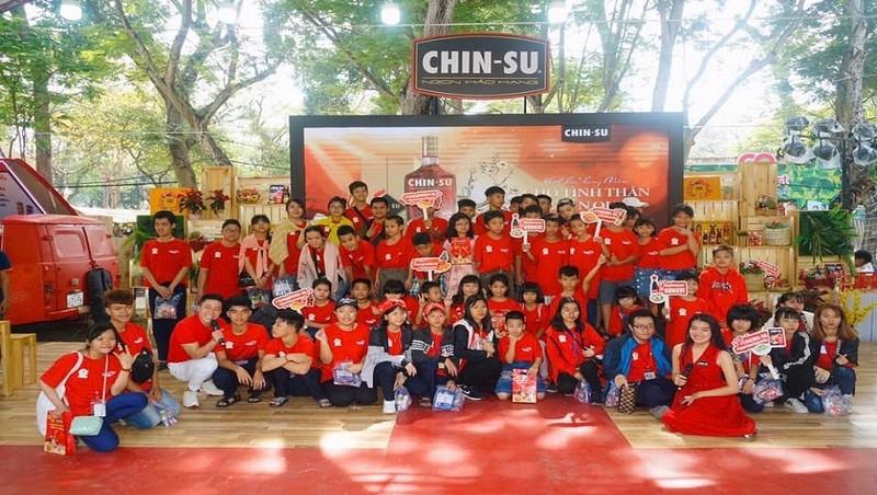 Các em nhỏ tìm hiểu về tết cổ truyền của dân tộc thông qua phần trò chơi nhận thưởng tại gian hàng Chin-Su