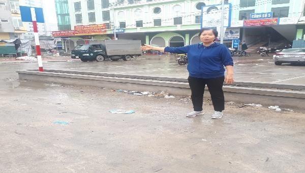 Bà Lê Thị Phương và một số hộ dân bức xúc vì nhà ở mấy chục năm nay bị thu hồi, phân lô mà không được tái định cư tại chỗ