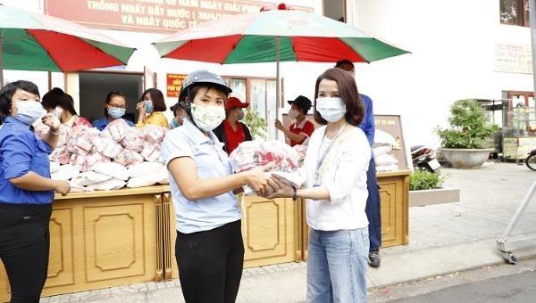 Những phần quà được đại diện Masan tặng cho công nhân