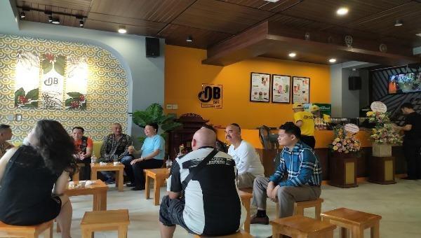 Ngày khai trương đầu tiên tại Hà Nội, cà phê Ông Bầu đã thu hút nhiều thực khách