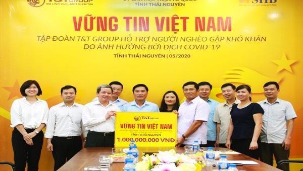 Tập đoàn T&T Group trao quà cho đại diện lãnh đạo tỉnh Thái Nguyên